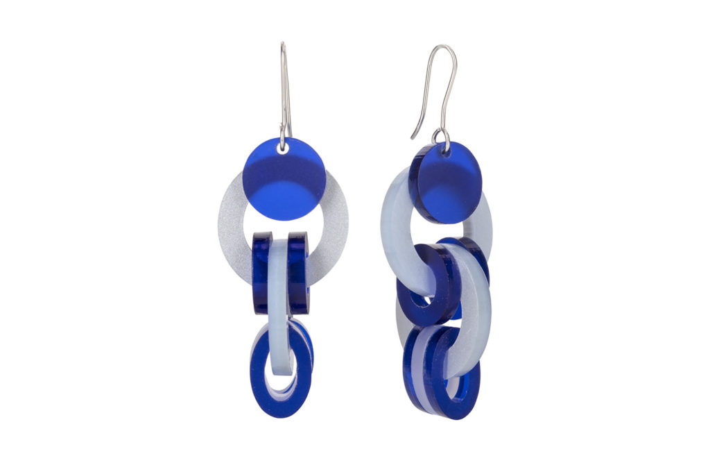 Long circular earrings in blue and white